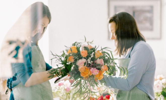 Оптовая база цветов в Москве – огромный плюс для тех, кто собирается сотрудничать с компаниями, занимающимися организацией и оформлением свадеб. В столице практически постоянно есть необходимость обеспечить торжество свежими красивыми цветами, которые создадут праздничное и торжественное настроение. Где используются цветы в оформлении Ни одна свадьба не обходится без цветов. В последнее время российские свадьбы все больше  берут в себя что-то из европейских, а значит, декор цветами очень популярен. Если молодые хотят действительно пышную свадьбу, то цветы в Москве оптом покупают для следующих целей:     • создание основного свадебного букета и фальш-букета;     • оформление бутоньерки жениху;     • декор свадебной арки и стола для росписи;     • украшение столов композициями из цветов;     • букетики для подружек невесты. В зависимости от того, где будет происходить торжество, могут быть украшены и другие элементы интерьера. Особенности свадебной флористики Крупные торжественные мероприятия планируются за несколько месяцев, поэтому Вы можете просто включить необходимое количество растений в свою очередную покупку цветов оптом в Москве.     • При покупке цветов учитывается общая тематика свадьбы и ее основной цвет. Этот вопрос обычно обсуждается со свадебным декоратором.     • Если зал, в котором планируется проведение торжества, не обладает достаточным освещением, то предпочтительнее выбирать цветы светлых оттенков, позволяющих визуально создать «световые» пятна.     • На столах для гостей, как правило, размещают невысокие букеты, которые не мешают приему пищи и разговору. Очень важно, чтобы растительные композиции не заслоняли лица гостей и не мешали им смотреть на молодых.     • Обычно в декоре используются цветы, не обладающие ярким запахом. Это сделано для того, чтобы не утомлять присутствующих во время длительного торжества и не создать неприятную ситуацию для аллергиков. Однако в зависимости от пожеланий заказчика практикуют и другие, нестандартные варианты оф