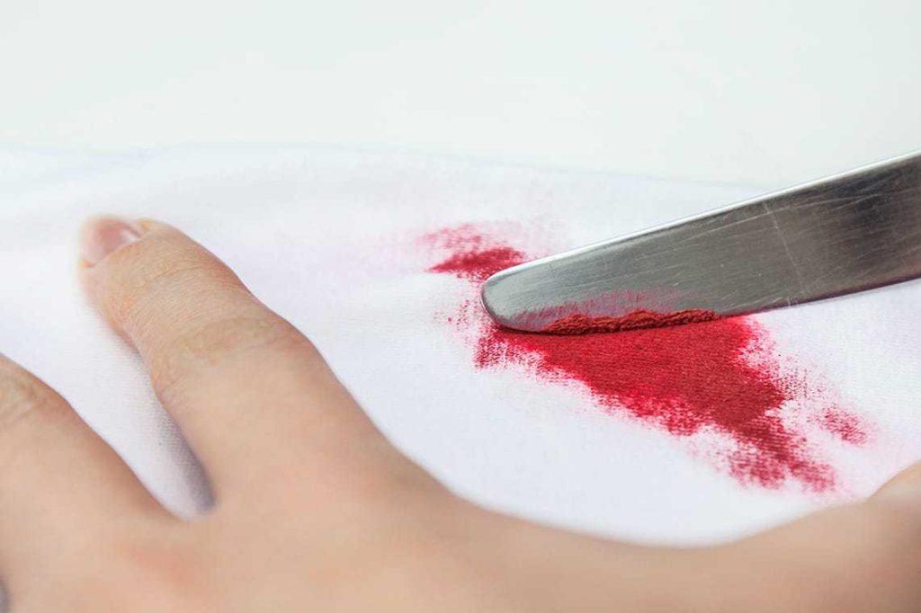 Соскоблите засохшее пятно от помады ножом